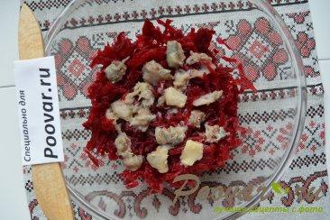 Салат из свеклы с сельдью и оливками Шаг 2 (картинка)