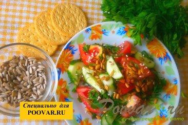 Овощной салат с семенами подсолнечника Изображение