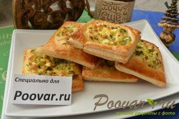Пирожки из слоёного теста с  зелёным луком и яйцом Изображение