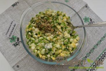 Пирожки из слоёного теста с  зелёным луком и яйцом Шаг 4 (картинка)
