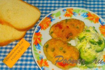 Мясные котлеты с зелёным луком и вялеными помидорами Изображение