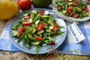 Овощной салат с рукколой и авокадо Изображение