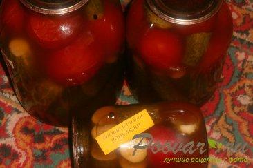 Огурцы и помидоры в кетчупе чили на зиму Изображение