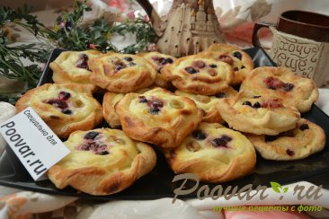 Печенье из слоёного теста с творогом и ягодами Изображение