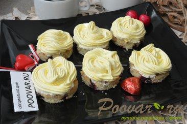 Пирожное с безе, кремом и ягодами Изображение