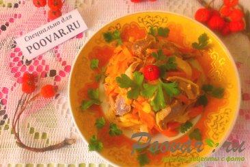 Салат из куриных пупков с овощами Изображение