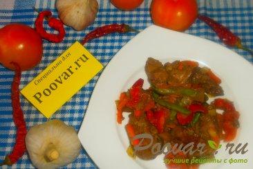 Куриная печень с сердечками и овощами на сковороде Изображение