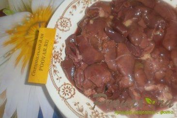Куриная печень с сердечками и овощами на сковороде Шаг 2 (картинка)