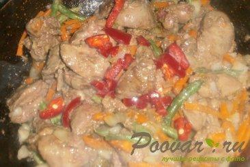 Куриная печень с сердечками и овощами на сковороде Шаг 12 (картинка)