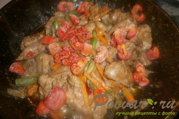 Куриная печень с сердечками и овощами на сковороде Шаг 14 (картинка)
