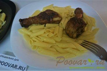 Жареная курица с макаронами на сковороде Изображение