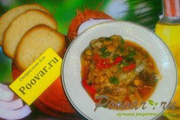 Тушёная курица с овощами и томатом Изображение