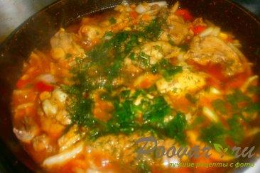 Тушёная курица с овощами и томатом Шаг 15 (картинка)