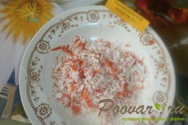 Слоёный салат из морской капусты и крабовых палочек Шаг 2 (картинка)