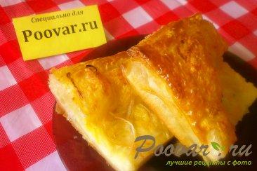 Сырный пирог с луком из слоёного теста Изображение