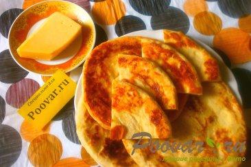 Лепёшки с сыром из дрожжевого теста Изображение