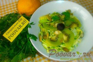 Салат из молодой капусты и киви Изображение