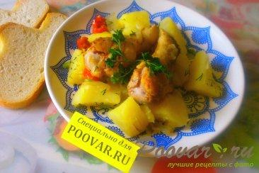 Картофель с куриными крылышками Изображение
