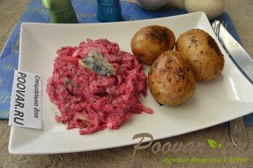 Салат со свеклой, сельдью и запечённый  картофель Изображение
