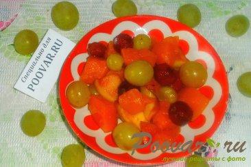 Тыква с вишней и виноградом Изображение