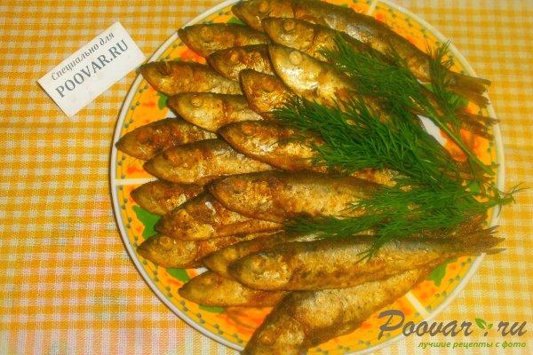 Жареная салака на сковороде Изображение