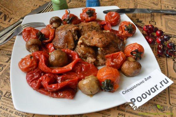 Куриные бедра запеченные с овощами в духовке Изображение
