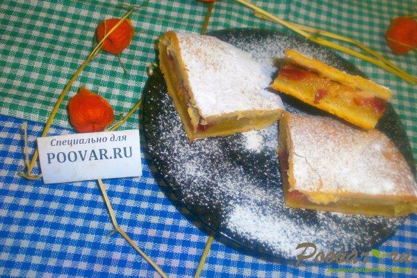 Яблочный пирог с вишней из творожного теста Изображение