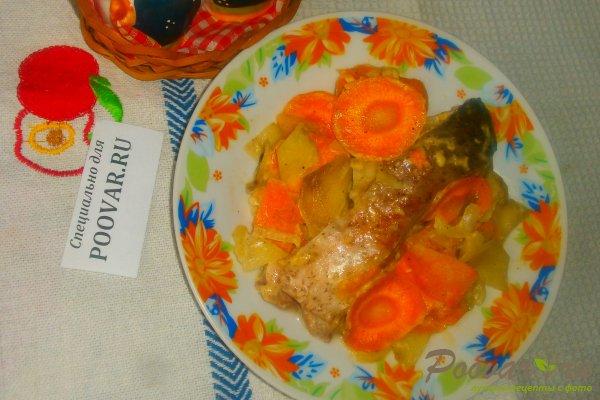 Запечённый толстолобик с овощами Изображение