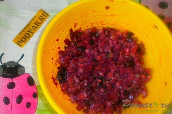 Свекольный салат с огурцом и черносливом Шаг 10 (картинка)