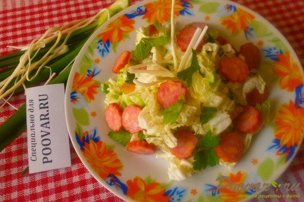 Салат из пекинской капусты с колбасками Изображение