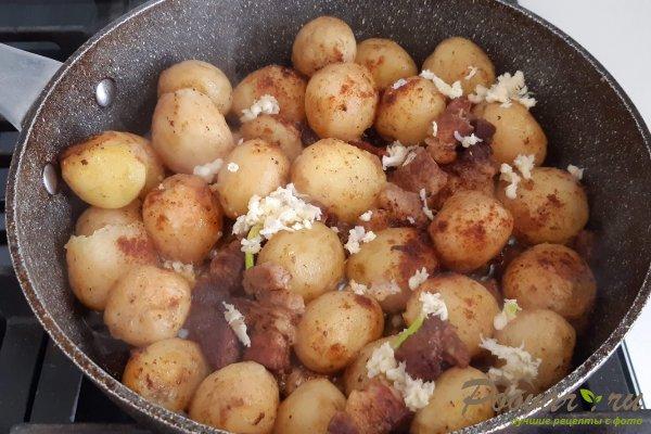 Молодой картофель со свининой на сковороде Шаг 9 (картинка)