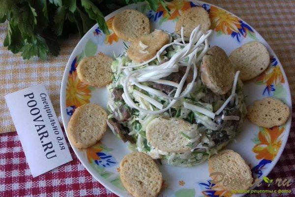 Салат из капусты с сыром, грибами и сухариками Изображение