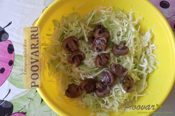 Салат из капусты с сыром, грибами и сухариками Шаг 6 (картинка)
