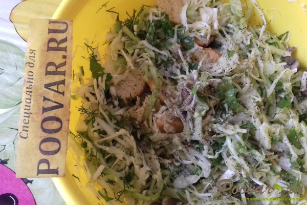 Салат из капусты с сыром, грибами и сухариками Шаг 11 (картинка)