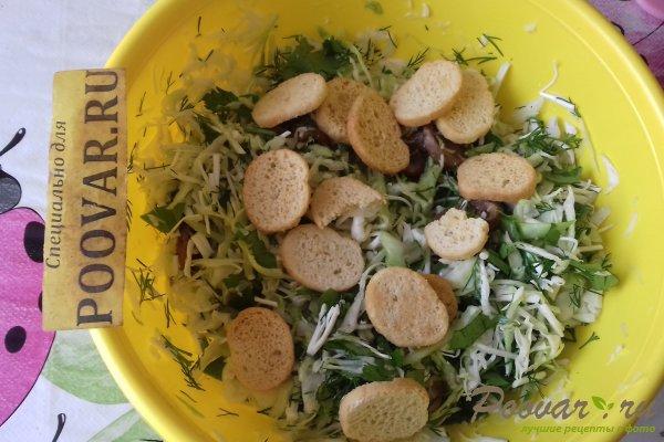 Салат из капусты с сыром, грибами и сухариками Шаг 10 (картинка)