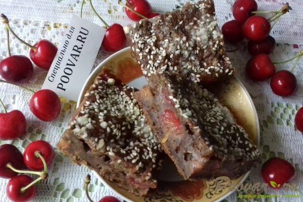 Шоколадный пирог с морковью и ягодами Изображение