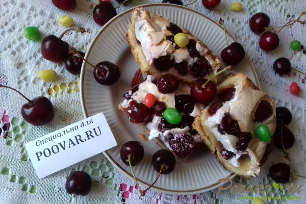 Пирог с безе и ягодами Изображение