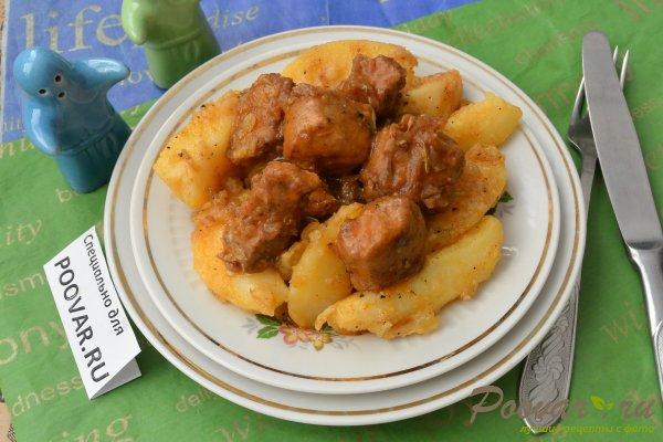 Тушеная свинина с луком и картофелем Изображение