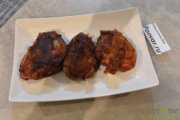 Жареная курица с луком на сковороде Изображение