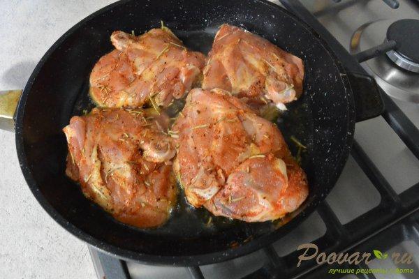 Жареная курица с луком на сковороде Шаг 4 (картинка)
