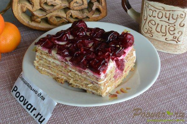 Торт без выпечки из печенья с вишней и кремом Изображение